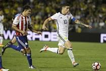 Oscar Romero (vlevo) stíhá Jamese Rodrigueze.