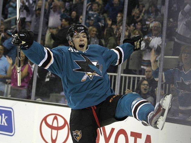 Tomáš Hertl ze San Jose se raduje z první branky v NHL, Phoenix nakonec pomohl sejmout dvěma góly.