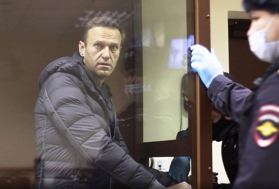 Ruský lídr opozice Alexej Navalnyj u soudu v Moskvě