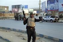 Příslušníci afghánských bezpečnostních sil zasahují u incidentu v Kábulu, při kterém útočníci odpálili výbušninu u vládní budovy a vzali rukojmí