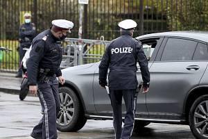 Rakouští policisté kontrolují řidiče