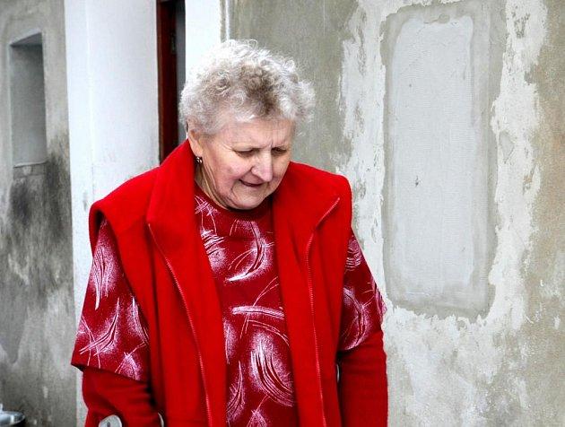 """Kvůli okupační armádě násilím přestěhovali rodinu paní Evy Horáčkové do tehdy volného domu v Kravařích na Českolipsku. Nyní se zjistilo, že obývají dům """"neoprávněně"""" a stát ji chce vystěhovat."""