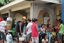 Lidé na Filipínách opouštějí své přímořské domovy a urychleně nakupují základní potraviny před očekávaným příchodem mocného tajfunu Hagupit, který by měl k pevnině dorazit v sobotu.