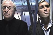 SOUPEŘI. Kdo dokáže víc ponížit toho druhého? Michael Caine nebo Jude Law?