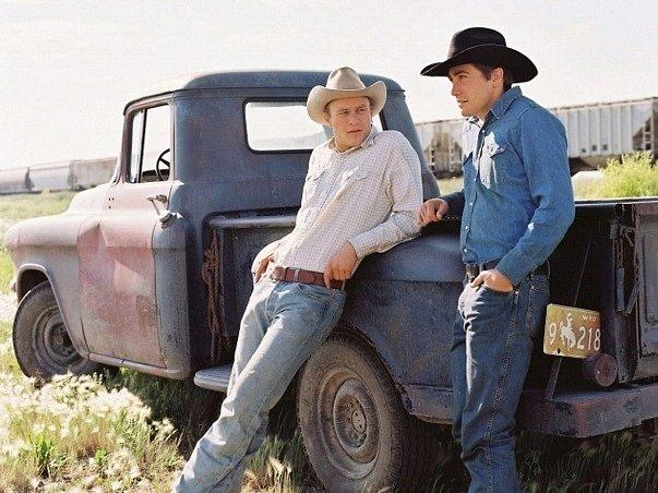 Herci Jake Gyllenhaal (vpravo) a Heath Ledger na archivním snímku z filmu Zkrocená hora.