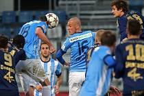 Fotbalisté Mladé Boleslavi Lukáš Magera (18) a Martin Nešpor (16) se snaží prosadit proti Olomouci.