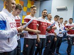 Místo míče text. Fotbaloví reprezentanti nazpívali píseň Jeden za všechny.