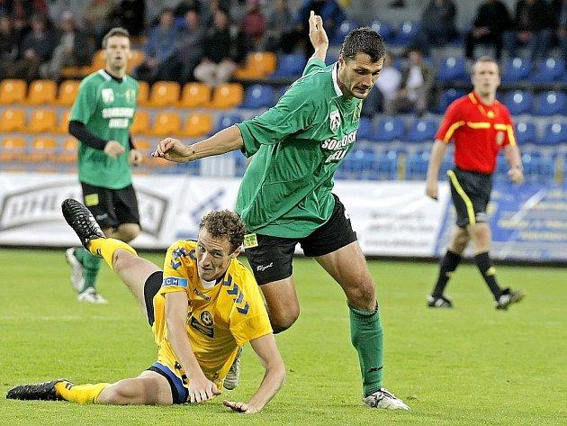 Fotbalisté Jihlavy (ve žlutém) si poradili se Sokolovem.