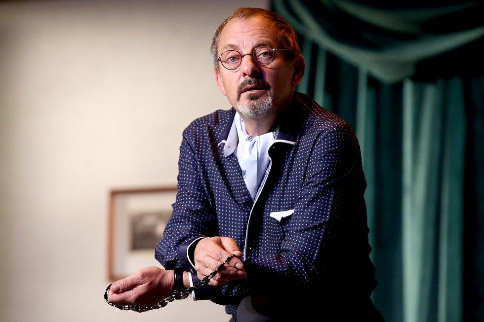 Otakar Brousek absolvoval hudebně dramatické oddělení pražské konzervatoře, během studií hostoval vDivadle na Vinohradech a vDivadle na Zábradlí.
