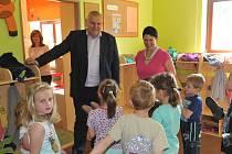 Hejtman Středočeského kraje Miloš Petera v mateřské škole.