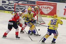Hokejisté Zlína (ve žlutém) proti Pardubicím.