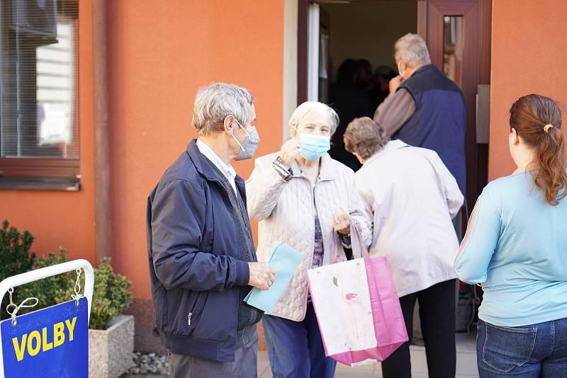 Volby v jihomoravských Hruškách, které zasáhlo tornádo, vzali lidé hned po otevření volební místnosti útokem. Dříve volili v místní škole, kterou ale živel poničil. Už loni kvůli pandemii se urny otevřely v budově obecního úřadu.