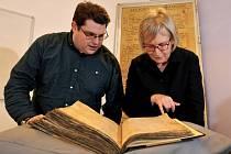 Archiváři Gary Brannan a Sarah Rees Jonesová prozkoumávají jeden z registrů arcibiskupství v Yorku.