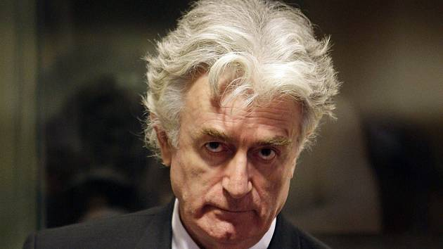 Radovan Karadžič podruhé stanul před tribunálem v Haagu. Obvinění včetně genocidy odmítl komentovat. Radovan Karaddžić u pátečního stání.