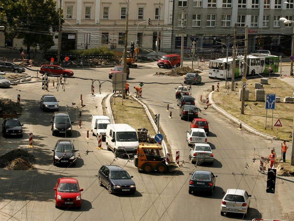 Řidiči, kteří okusili italský přístup v řešení dopravních situací zúročí v těchto dnech své zkušenosti na českobudějovickém Mariánském náměstí, kde kvůli rekonstrukci bylo nutné odpojit všechny semafory. Odpoledne to však dopravu nijak nekomplikovalo.