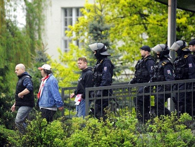 Policisté doprovázejí fanoušky pražské Slavie na cestě z plzeňského nádraží na fotbalový stadion před večerním utkáním s domácí Viktorií.