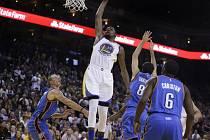 Kevin Durant (v bílém) z Golden State v utkání s Oklahomou.
