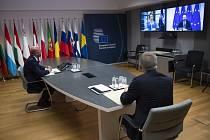 Předseda Evropské rady Charles Michel (vlevo) a šéfka Evropské komise Ursula von der Leyenová (vlevo na obrazovce) během videokonference na snímku z 15. června 2020
