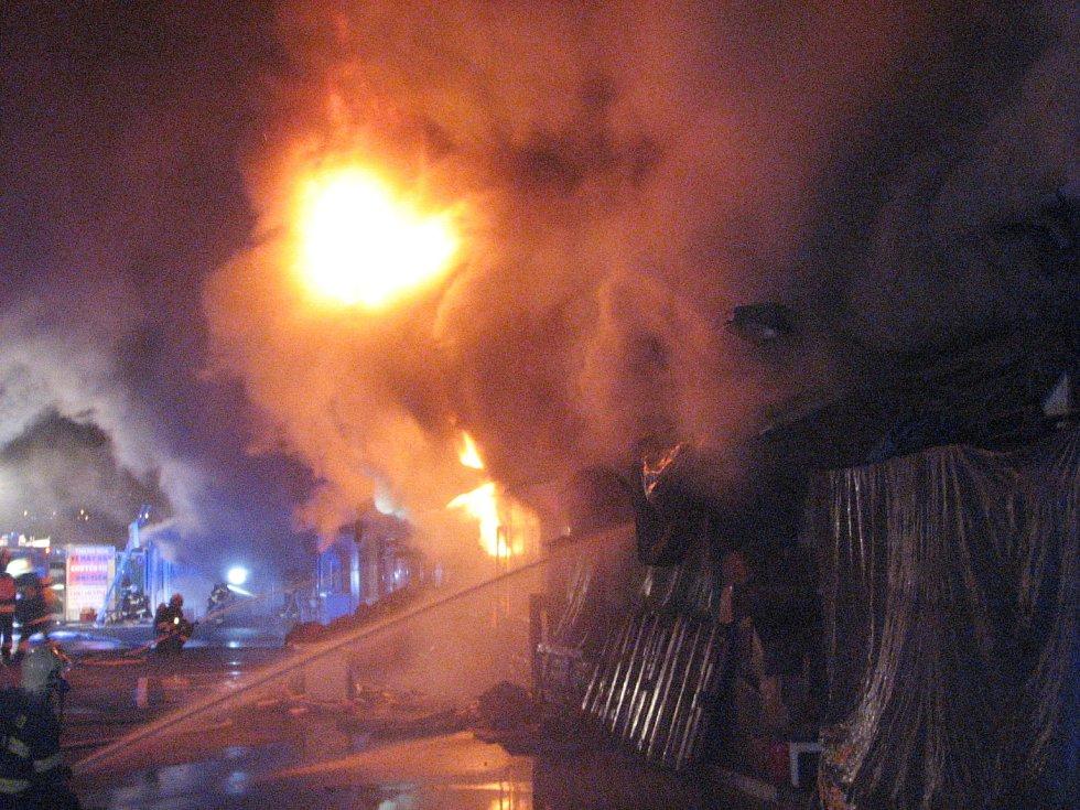 Požár asijské tržnice v brněnských Černovicích.