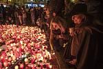Lidé zapalovali svíčky u památníku na Národní třídě u příležitosti 31. výročí Sametové revoluce v Praze 17. listopadu.