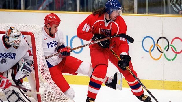 Jaromír Jágr proti hokejové reprezentaci Ruska na olympiádě v Naganu.