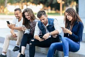 Závislost na mobilech a sociálních sítích. Důvod k zamyšlení.