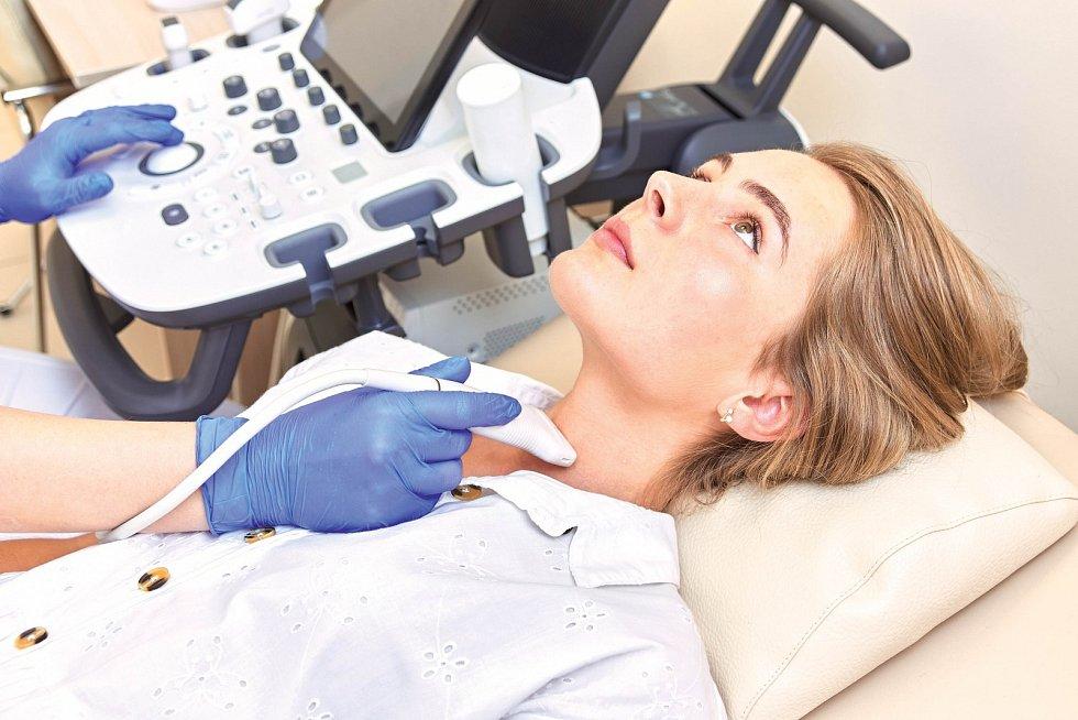 Špatně fungující štítnou žlázu nemusí být vůbec jednoduché včas rozpoznat. Potíže totiž nezřídka souvisejí sdalšími chorobami. Správně nasazená léčba přitom může rychle přinést úlevu.