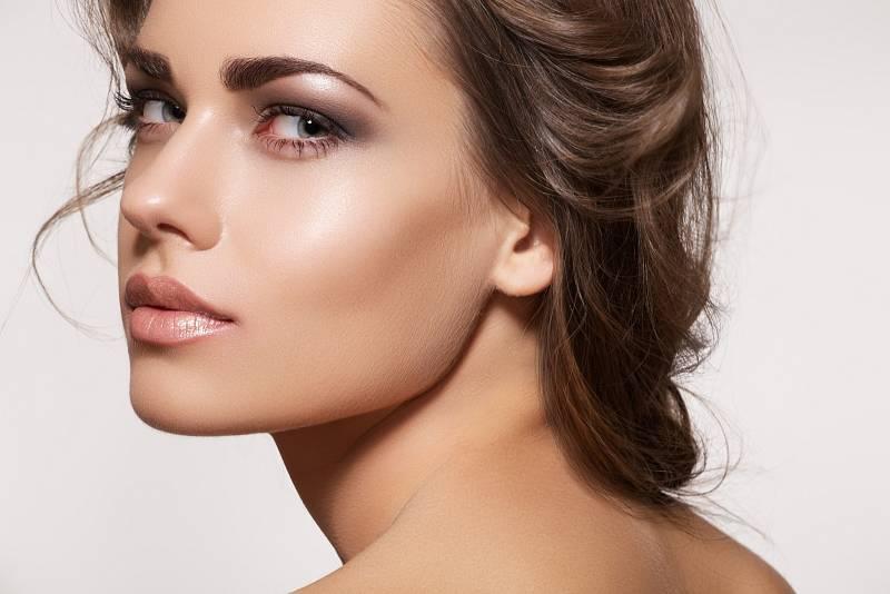 Pokud vás štve větší podbradek nebo nejste spokojené se širšími tvářemi a výraznými čelistmi, zkuste si pohrát stmavým pudrem nebo s make-upem.