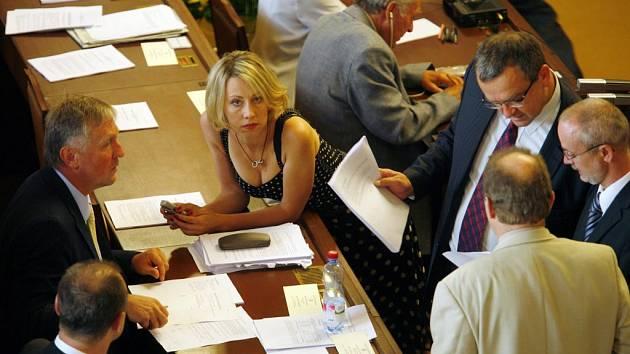 Debata kolem reformy, uprostřed Kateřina Jacques ze Strany zelených.