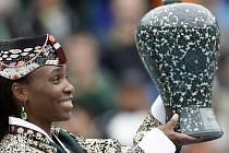 Americká tenistka Venus Williams drží v rukou Gorejský porcelán, tradiční výrobek z jižní Koreje, který se stal její trofejí poté, co ve finále tenisového Open v Soulu porazila ruskou hráčku Marii Kirilenko.