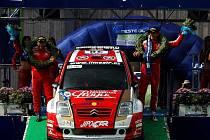 Martin Prokop (vpravo) a Jan Tománek slaví v cíli Finské rallye titul mistrů světa JWRC.