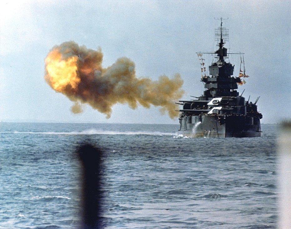 Americká bitevní loď Idaho zahajuje 1. dubna 1945 palbu proti Okinawě