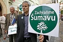 Skupinka starostů obcí na území Šumavy protestovala 12. května za záchranu Národního parku Šumava před budovou Poslanecké sněmovny v Praze.