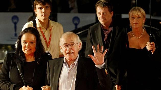 Režisér Juraj Herz (uprostřed) s delegací přichází na premíéru jeho filmu T.M.A. 7. června při 44. ročníku mezinárodního filmového festivalu, který probíhal pátým dnem v Karlových Varech.