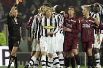 Pavel Nedvěd neudržel nervy na uzdě a v utkání s AC Turín viděl červenou kartu.