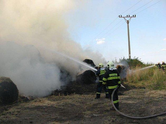 Třináct hodin likvidovali hasiči rozsáhlý požář balíků slámy v Horním Slavkově.