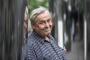 Ačkoliv Zdeněk Žák zpívá vmuzikálu, na zahradě si už netroufne, všechny vyženěné dcery přijal za své, hlásí se kodpůrcům opatření proti koronaviru a nejvíc ho baví včelaření a chodit na cvičák se psem.