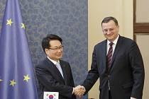 Podpis smlouvy o prodeji 44% podílu Českých aerolinií korejskému dopravci Korean Air proběhl 10. dubna v Praze. Premiér Petr Nečas a prezident Korean Air Chang Hoon Chi.