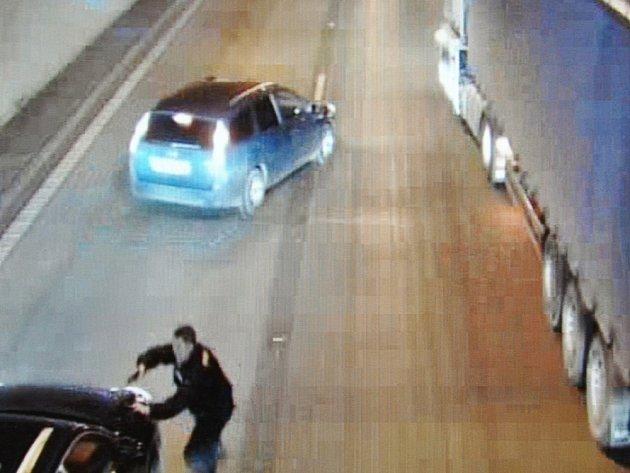 Zákrok policistů spojený s postavením bariéry z rozměrných nákladních souprav a se zadržením ujíždějícího řidiče zachytily v noci na včerejšek kamery sledující dění v tunelu.