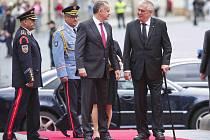 Prezident Miloš Zeman s manželkou Ivanou přívítal 9. července na Pražském hradě slovenského prezidenta Andreje Kisku.