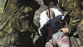 Vyprošťování zavalených obětí ničivého zemětřesení, které v květnu 1995 zasáhlo ruský Něftěgorsk
