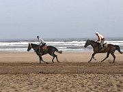 Ráno můžete na pláži potkat místní při projížďce na koních