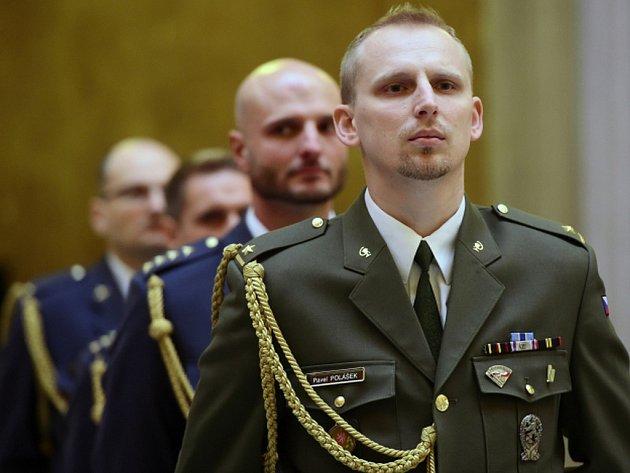 Nástup vojáků po návratu ze zahraničních operací v Afghánistánu a vojenských pozorovatelů misí OSN v Kosovu a Kongu se uskutečnil 8. ledna na pražském Vítkově. Na snímku je vyznamenaný Pavel Polášek.
