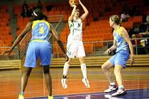 Basketbalistky USK Praha (v modrém) v akci.