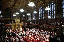 Britská královna Alžběta II. dnes slavnostně zahájila nové zasedací období parlamentu