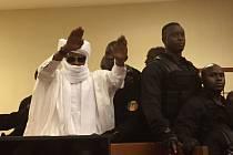 Soud dnes nařídil Habrému zaplatit asi 34.000 dolarů (823.000 Kč) každé z obětí sexuálního násilí, 25.000 dolarů (605.000 Kč) těm, kteří byli vězněni nebo mučeni a 17.000 dolarů (412.000 Kč) nepřímým obětem, včetně pozůstalých příbuzných.