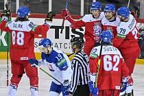 Čeští hokejisté se radují z gólu Lukáše Radila (třetí zleva).