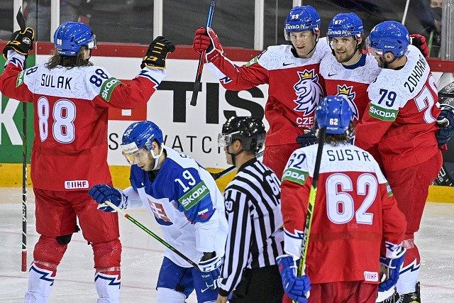 Čeští hokejisté se radují z gólu Lukáše Radile (třetí zleva).