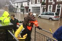 Nejvíce jsou povodněmi zasaženy hrabství Lancashire, Yorkshire a Greater Manchester.