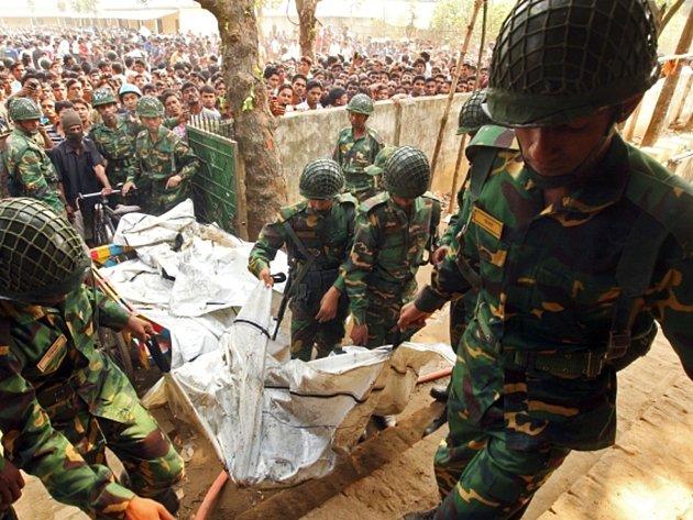 Požár v textilním závodě na předměstí bangladéšské metropole Dháky si vyžádal nejméně 121 mrtvých.